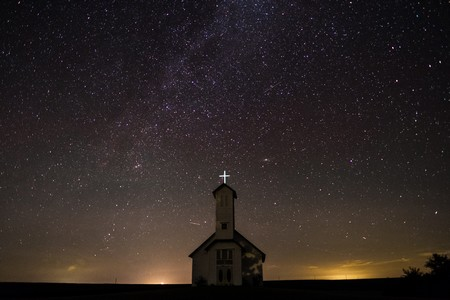 capela contra o infinito estrelado da noite