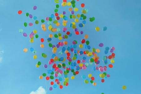 balões coloridos subindo no céu
