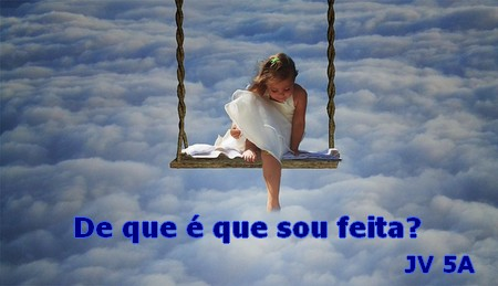 menina sentada num trapézio sobre nuvens