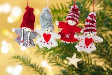 quatro bonequinhas na árvore de Natal