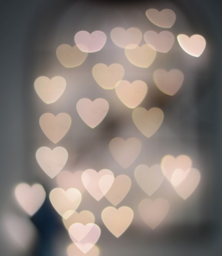 corações brancos sobre fundo translúcido