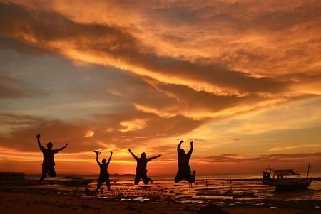 4 amigos saltam à beira-mar