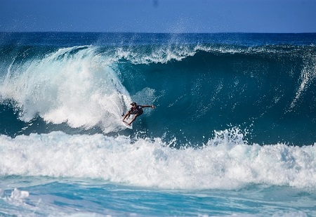 surfista a descer uma onda