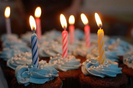 velas de aniversário em cup  cakes