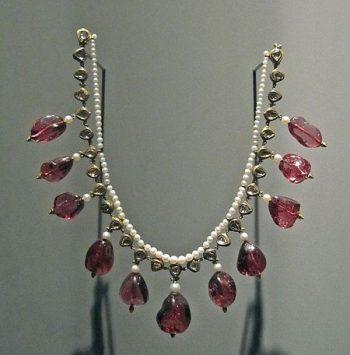 colar de pedras preciosas