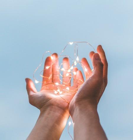 mãos estendidas que devolvem algo brilhante como uma graça