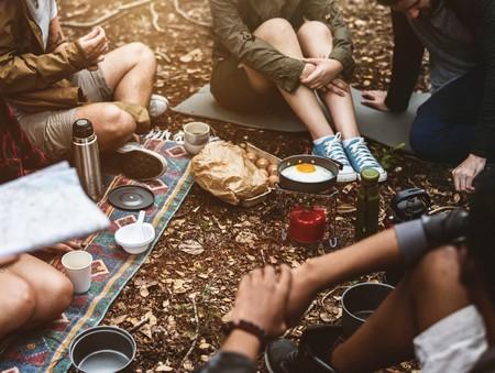 jovens reunidos a conversar, sentados: só se vê as pernas e braços