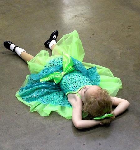 menina descansando do sapateado deitada no chão