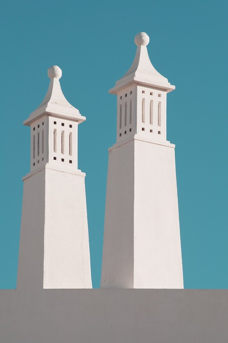 duas torres brancas de templo contra fundo azul