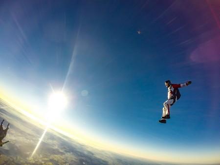 salto livre sem páraquedas contra um céu imenso
