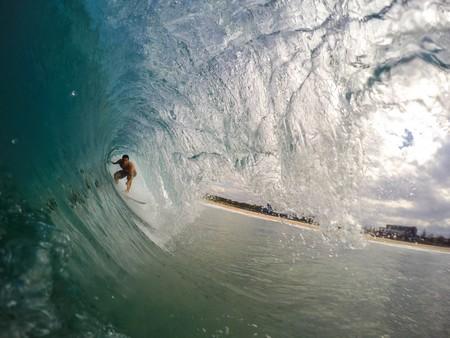 surfista no túnel da onda