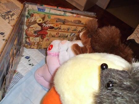 peluches lendo uma história ilustrada sobre brinquedos animados