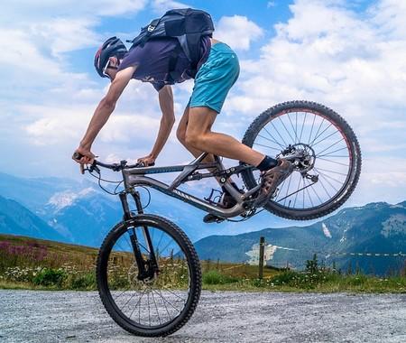 ciclista erguendo as rodas de trás