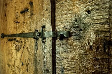 porta de madeira dourada com fecho de ferro