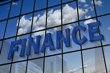 """edifício em vidro espelhado e """"Finança"""""""