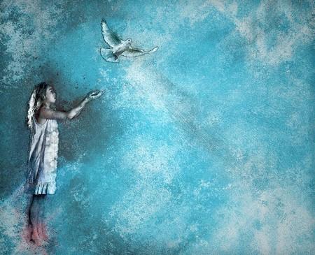 menina acolhendo pomba contra fundo azul