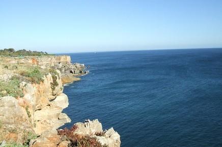 mar aberto junto á falésia