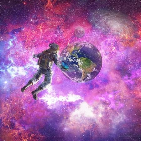 astronauta flutuando frente a planeta