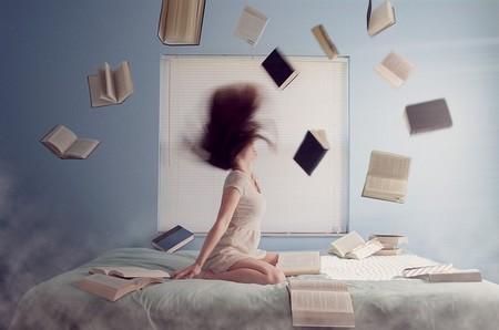 jovem estudando com os livros pelo ar