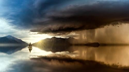 barco entre nuvens