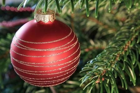 bola em árvore de natal