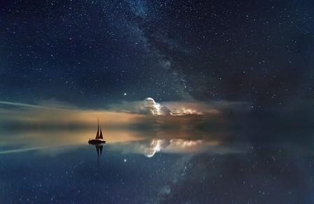 barco no mar noturno