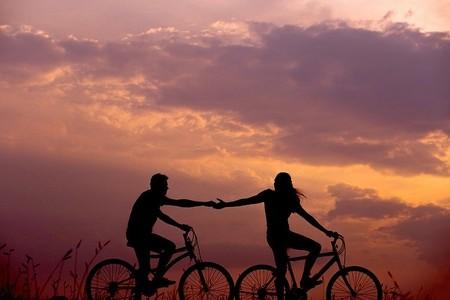 casal em bicicleta